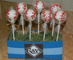 Baseball or softball cake pops, would be great for an end of the season celebration!