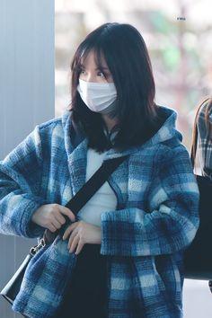 Gfriend-Eunha 181208 Incheon Airport to Jakarta South Korean Girls, Korean Girl Groups, Korean Airport Fashion, Galaxy Eyes, Mask Girl, Asian Street Style, Jung Eun Bi, G Friend, Airport Style