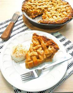 Apple pie (torta americana de maçãs) - COZINHANDO PARA 2 OU 1 Candy Recipes, Sweet Recipes, Americana Food, Yummy Snacks, Yummy Food, American Apple Pie, Whole 30 Dessert, My Favorite Food, Favorite Recipes