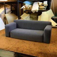 """Ombetrækning af sofahynder med grå """"Mega"""" fra Kvadrat #KVADRATTEXTILES #interiordesign #skumhuset #skumhusetproduktion #bobedre #bolig #design #interiør"""