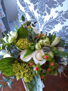 weelderig boeket met hortensia, fijne witte rozen, fijne blauwe distel, witte austromeria, en de 'roze bolletjes', ...