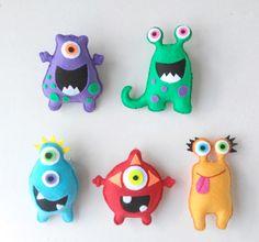 Enfeite de feltro feito a mão e preenchido com fibra siliconada. Lindos Monstrinhos Amigos para serem usados na decoração de quartos e festas, deixando o ambiente alegre e divertido. Pode ser dado também como lindas lembrancinhas de aniversário e aonde mais sua imaginação desejar. Preço po... Monster Party, Felt Monster, Monster Dolls, Doll Crafts, Sewing Crafts, Sewing Projects, Craft Projects, Felt Finger Puppets, Cute Monsters