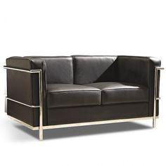 Utiliza líneas limpias y claras para este diseño de estructura de acero tubular cromado y tapizado de piel negra.