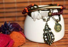 Mix de 4 pulseiras sendo 2 miçangas terracor e detalhe em pedraria e 2 pulseiras correntaria com pingentes