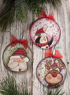 http://artesanatobrasil.net/enfeite-de-natal-com-cd-decorado-com-eva/