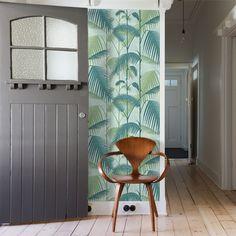 Commandez en ligne le papier peint Palm Jungle bleu écume de la collection Icons de Cole and Son. Apportez un esprit rétro avec ce papier peint tropical.