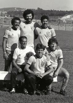 Brazil coach Telê Santana in with the Italy-based members of his squad: Junior, Socrates, Toninho Cerezo, Edinho and Zico. Brazil Football Team, National Football Teams, World Football, Sport Football, Retro Football, Football Design, Old Hollywood Stars, Golden Age Of Hollywood, Classic Hollywood