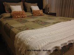 Almohadones de nudos con tul color camel y pie de cama y almohadones tejidos color manteca