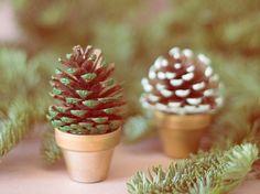 DIY-Anleitung: Mini-Weihnachtsbaum aus Tannenzapfen gestalten via DaWanda.com