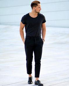 Black crew neck t-shirt street style for men. #men's #fashion