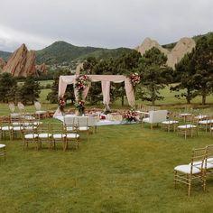 Wedding Table Deco, Desi Wedding Decor, Diy Wedding Backdrop, Wedding Ceremony Flowers, Wedding Mandap, Outdoor Wedding Decorations, Tent Wedding, Outdoor Indian Wedding, Diy Outdoor Weddings