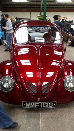 That red. and those cuts in the trunk lid. Gahh I love this beetle Vw Bugs, Combi Wv, Auto Volkswagen, Beetle Car, Red Beetle, Vw Vintage, Ferdinand Porsche, Buggy, Vw Camper