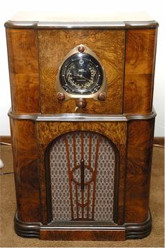 "This is a fantastic looking and playing Zenith Robot dial (commonly called ""Shutterdial"") console radio, ready for you to proudly display and listen t. Tvs, Televisions, Retro Radios, Old Time Radio, Antique Radio, Transistor Radio, Old Computers, Record Players, Phonograph"