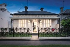 Page St House, Albert Park, Melbourne by Kirsty Ristevski Modern Victorian Homes, Victorian Homes Exterior, Victorian Cottage, Victorian Terrace, Cottage Exterior, Victorian Front Garden, Victorian Houses, House With Porch, House Front