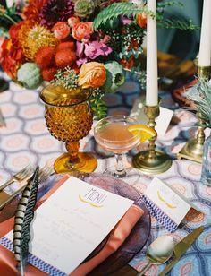 ビビッドな配色のテーブルフラワー、色グラスにガラス皿。とってもレトロな感じがただようテーブルセッティングもボーホーウェディングならではです。