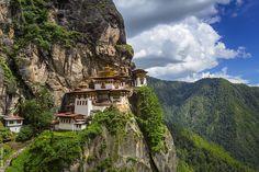 Le Bhoutan est un fantasme. Hors du monde, hors de prix, hors du temps, le petit royaume bouddhiste, enchâssé entres les géants indien et chinois, a solidement jeté l'ancre entre les brumes …