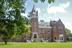 Four small eastern Canadian universities have decided to form a strategic alliance. Canadian Universities, Canada, Places To Travel, To Go, Thankful, Mansions, House Styles, Quebec