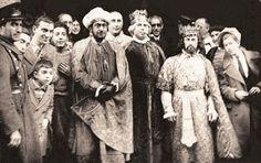 Madrid, Cabalgata de Reyes (1935) organizada por la Agrupación de Editores Españoles. Participaron los escritores Ramón Gómez de la Serna (en el centro), Salvador Bartolozzi (a la derecha) y Antoniorrobles (a la izquierda). Hicieron entrega de varios lotes de cuentos infantiles a diferentes organizaciones benéficas.