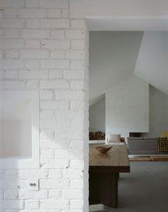 VILLA MINIMAL IN CAMPAGNA_NICCHIE A INCASSO Realizzate in cemento, sono integrate visivamente alle colonne di mattoni.