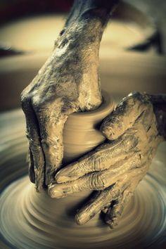 Me encanta la sensación de meter las manos en la arcilla y notar como cambia la forma y el sobrante rebosa y se funde con la pieza y tus propias manos....
