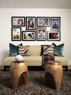 photo au mur grands cadres et chaises en bois sympa