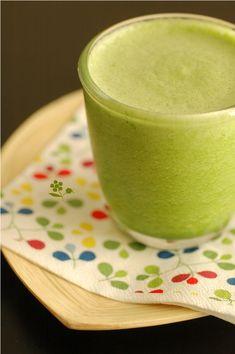 Smoothie vert détox concombre, céleri branche, épinard, pomme, ananas, citron vert, gingembre