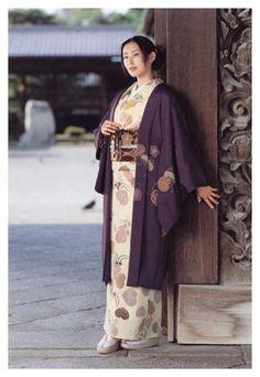 Pretty kimono with haori~ Yukata Kimono, Kimono Coat, Kimono Fabric, Kimono Style, Oriental Dress, Oriental Fashion, Japanese Kimono, Japanese Geisha, Modern Kimono