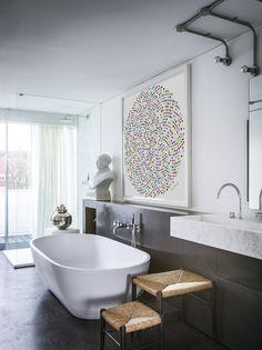 Un attico a Notting Hill. In bagno, lavabo in marmo su disegno, vasca freestanding e doccia con pareti di vetro che affaccia sulla terrazza