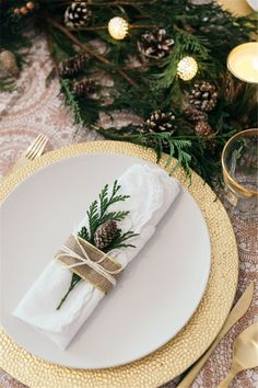 Christmas Table Decorations CenterpieceChristmas Table Settings Ideas Christmas TablescapesModern Christmas Tablescapes Christmas Table Decorations Painting Moving Decor and Organization Centerpiece Christmas, Christmas Table Settings, Christmas Tablescapes, Christmas Table Decorations, Holiday Tables, Decoration Table, Christmas Place Setting, Tree Decorations, Aussie Christmas
