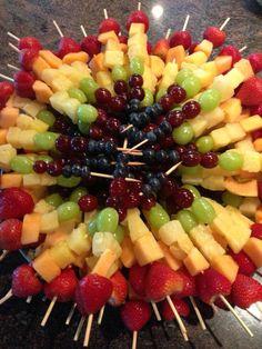 Fruit tray party food/snacks fruit kabobs, kabobs и fruit Fruit Recipes, Appetizer Recipes, Easy Recipes, Detox Recipes, Delicious Recipes, Rainbow Fruit Kabobs, Fruit Skewers, Rainbow Fruit Platters, Fruit Sticks
