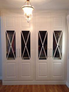 Precioso frente de armario de hojas abatibles lacadas en blanco con vidriera de aspas. Wardrobe Design, Ikea, Sweet Home, Entryway, Woodworking, House Design, Architecture, Outdoor Decor, Furniture