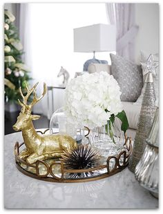 Stunning Christmas Coffee Table Decor To Relax In The Living Room - MagzHome Coffee Table Tray, Coffee Table Styling, Decorating Coffee Tables, Tray Styling, Tray Decor, Decoration Table, Xmas Decorations, Table Decor Living Room, Winter Table