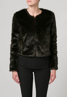 SALUTE van French Connection, € 116,95 | donkere bontjas bruiloft | 6x Faux Fur Jas