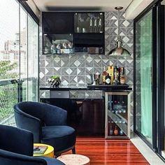 No projeto de Flavia Sá, a varanda se tornou um verdadeiro bar para o morador, que adora chegar do trabalho e bebericar um bom drinque. O espaço de 8 m² ganhou deque de cumaru e azulejos da Lurca. #revistacasaclaudia #decoração #decor #edecoration #casa #house #home #homedecor #bar