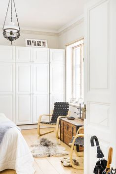 Raijan ja Pertin makuuhuoneen ikkuna aukeaa rauhalliselle Pikkuympyräkadulle. Ikkunan alla on Aallon tuolit ja vanhain tavarain kaupasta ostettu tasakantinen arkku. Ahvenanmaalainen lampaantalja on löytö Nauvosta. Kattolamppuna toimii sähköistetty öljylamppu.