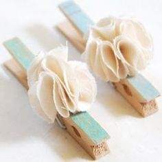 DIY Fancy Clothespins from Creature Comforts. Cloth Flowers, Fabric Flowers, Diy Para A Casa, Shabby Chic, Creature Comforts, Wooden Pegs, Cute Pins, Crafty Craft, Crafting