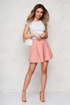 Fusta cu croi in clos, scurta. Este confectionata din stofa fina la atingere, delicata, fara captuseala. Se inchide cu fermoar la spate. Skater Skirt, Mini Skirts, Casual, Fashion, Moda, Fashion Styles, Skater Skirts, Mini Skirt, Fashion Illustrations
