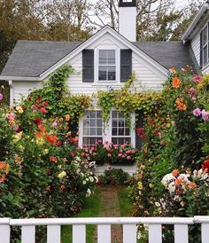cottage garden Cottage exterior, Home - gardencare Style Cottage, Cottage Homes, Cottage Design, English Cottage Style, English Country Gardens, White Cottage, Garden Cottage, Home And Garden, Garden Art