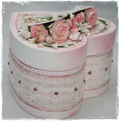 (pretty in pink and shabby chic, too! peasing to my eyes! Pretty Box, Pretty In Pink, Deco Rose, Altered Tins, Shabby Chic Crafts, Paper Crafts, Diy Crafts, Hat Boxes, Everything Pink