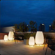 Lámpara de pie AMPHORA Diseñada por Alex Fernández / Gonzalo Milà . Preciosa lámpara de pie fabricada en color Marrón Grafito . Disponible en 3 medidas Pequeña de 49 x  77,5 cm. Mediana 80 x 123 cm., y  Grande 89 x 137 cm.  Pantalla  en color  Beige Claro ó Marrón. Fuente de luz protegida por un globo de polietileno. Con un IP55 es excelente para iluminación en jardin, terrazas de exterior, etc.