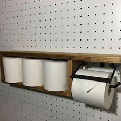ご覧いただきありがとうございます。◆商品説明◆木材(ホワイトウッド)とアイアンを使用したトイレットペーパーホルダーです。3個のトイレットペーパーも置ける収納型です。棚付きなのでちょっとした小物などが置けるおしゃれで便利なアイテムです。◆サイズ◆【全体】幅...