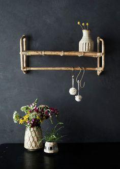 Deze wandplank is ideaal voor in iedere ruimte. Niet alleen is he teen ideale wandplank, maar hij kan ook dienen als kapstok! Hang er wat kledinghangers of haken op en je hebt een kapstok. Bovenop heb je een handige plank om je tassen of andere toffe musthaves op te showen. Hanging Shelves, Wall Shelves, T Lights, Wall Lights, Bamboo Care, Room Diffuser, Bamboo Shelf, Clothes Rail, Home Living