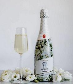 vinjournalen.se -   : Codorníu i konstnärssamarbete |  Inför sommaren 2017 inleder det spanska vinhuset Codorníu ett designsamarbete med konstnären Clara Hallencreutz. Med inspiration hämtad från sin konst har Clara Hallencreutz valt att klä den ekologiska premiumcavan Anna de Codorníu i en vacker vit blomsterskrud – vilket också går i linje med... https://www.vinjournalen.se/nyheter/2017/04/30/codorniu-i-konstnarssamarbete/