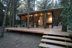 Casa de Hormigon — скромная резиденция в лесной глуши от BAK Architects. Деревья, врезанные в веранду.