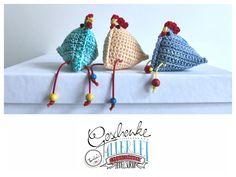 Tunella's Geschenkeallerlei präsentiert: gehäkeltes Deko-Hühnchen #TunellasGeschenkeallerlei #Häkelei #Hühnchen #Huhn #Geschenk #Ostern #Osterdeko #Osterschmuck Etsy Seller, Crochet Hats, Stitch, Knitting, Trending Outfits, Unique Jewelry, Handmade Gifts, Easter Activities, Gifts