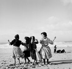 """""""Dancing on the Beach"""" Photo: Bill Perlmutter (Born: USA, 1932 - ) Portugal, 1956 Monochrome Photography, Vintage Photography, Street Photography, History Of Portugal, Fotojournalismus, Photo Report, Photo P, Vintage Nautical, Great Photographers"""