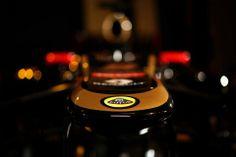 FIAのチャリー・ホワイティングは、段差ノーズを生み出すことになった2012年のF1レギュレーションを説明した。  ロータスが5日に発表したE20にも段差ノーズが採用されており、ここまで新車を発表した5チームのうちマクラーレンを除く4チームが段差ノーズをマシンに採用している。   多くのF1ファンは、その醜いノーズ形状とそのような形状へと導いた2012年のF1レギュレーションを酷評しているが、チャーリー・ホワイティングは、ノーズ高さを低く制限した理由のひとつは、Tボーンクラッシュが発生した際にノーズ先端がドライバーの頭部に激突することを避けるためだと述べた。  「他のマシンの側面に衝突した際の危険性を最小限にするために、サバイバルセルよりも低くしたかった」  「しかし、サスペンションの取り付け位置により、設計をゼロからやり直さなければなるとクレームを言ってきたエンジアもいた」  「そのため、シャシーには新しい規約は適用せず、ノーズのみに適用するという結果になった」