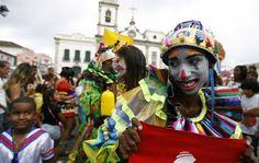 Folião caprichou na fantasia para o desfile com marchinhas no Pelourinho, em Salvador.