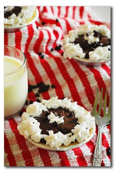 Walker Walker Spears - mini chocolate pies to serve at your wedding Just Desserts, Delicious Desserts, Yummy Food, Pie Dessert, Dessert Recipes, Yummy Recipes, Yummy Treats, Sweet Treats, Chocolate Pies