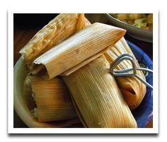 auténtico mejicano tamales es envuelto en masa. las tamales es muy delicioso.